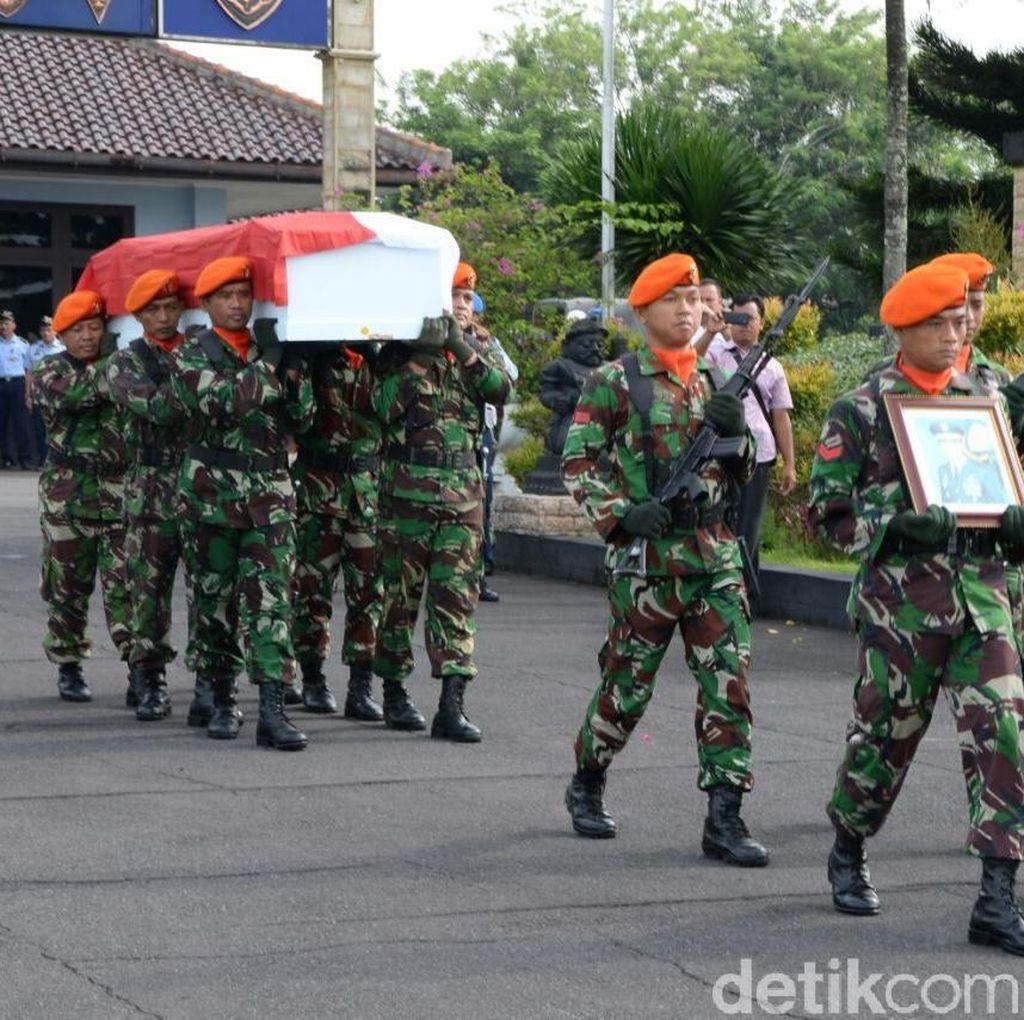 Foto: Suasana Saat Jasad Pilot Hanafie Diterbangkan ke Malang