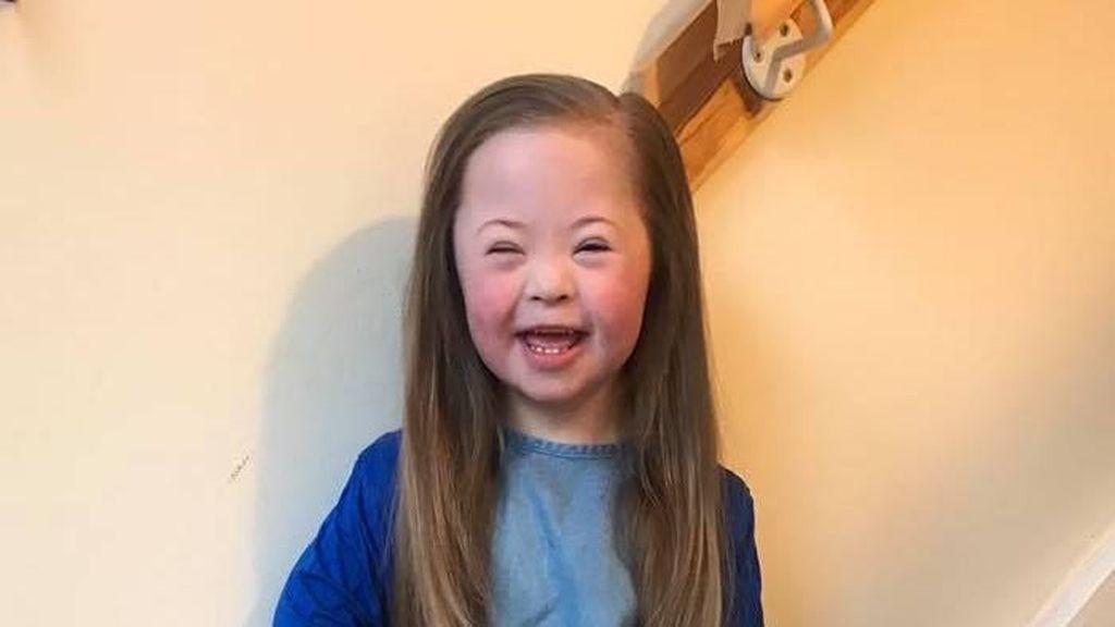 Gadis Ini Ajak Pakai Kaus Kaki Aneh di Hari Down Syndrome