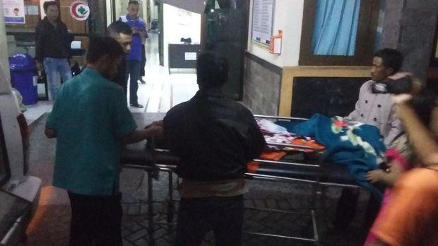 Warga yang pingsan dievakuasi ke Puskesmas Ijen