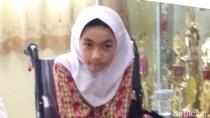 Bulan Bocah Difabel Pakai Kursi Roda dari Jokowi di Sekolah