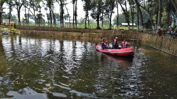 Wahana perahu dayung juga ada di Kampung Tebu. (Foto: Andhika Dwi)