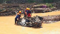 Foto: Mobil Remuk Dihajar Banjir Bandang Bandung
