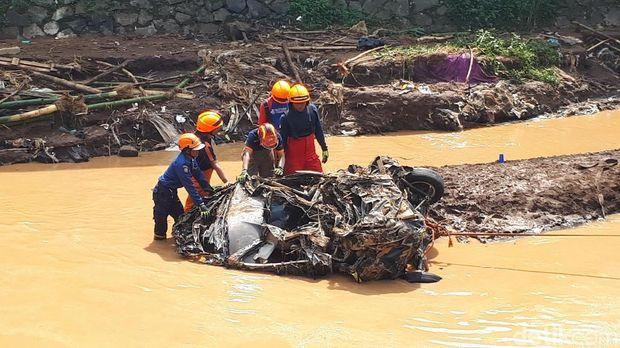 Xenia yang terseret banjir