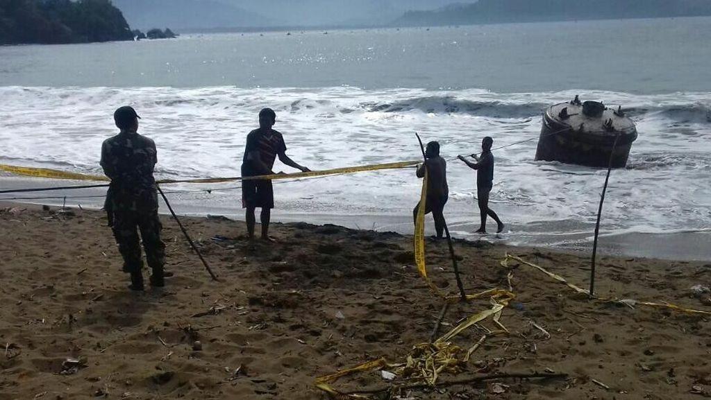 Terombang-ambing di Laut, Nelayan Tarik Buoy Rusak ke Pantai