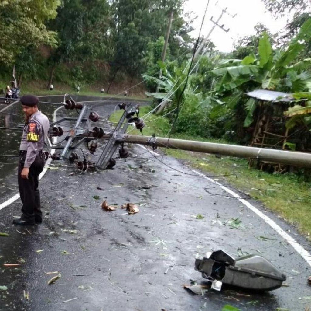 Tiang Listrik Roboh Halangi Jalan, Sebagian Wilayah Banjar Gelap
