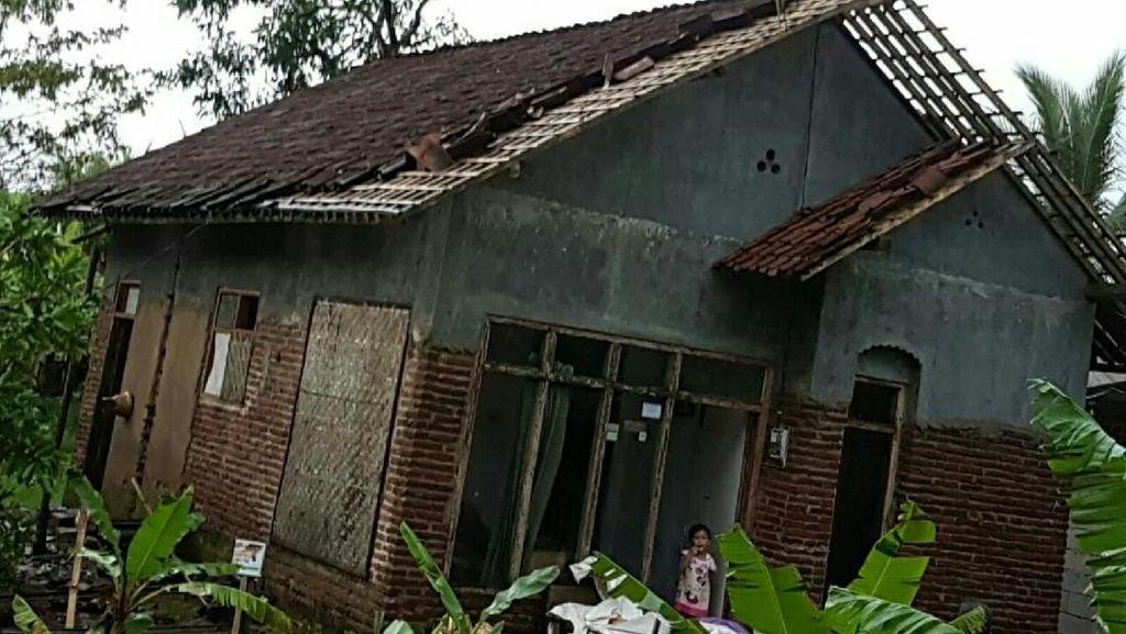 Ratusan Rumah di Ciamis Rusak Diterjang Puting Beliung
