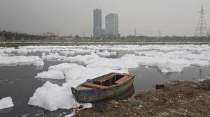 Potret Sungai Tercemar di India y   ang Tertutup Buih