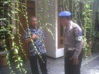 Amien Rais berbicara kepada polisi di pagi hari setelah kejadian teror