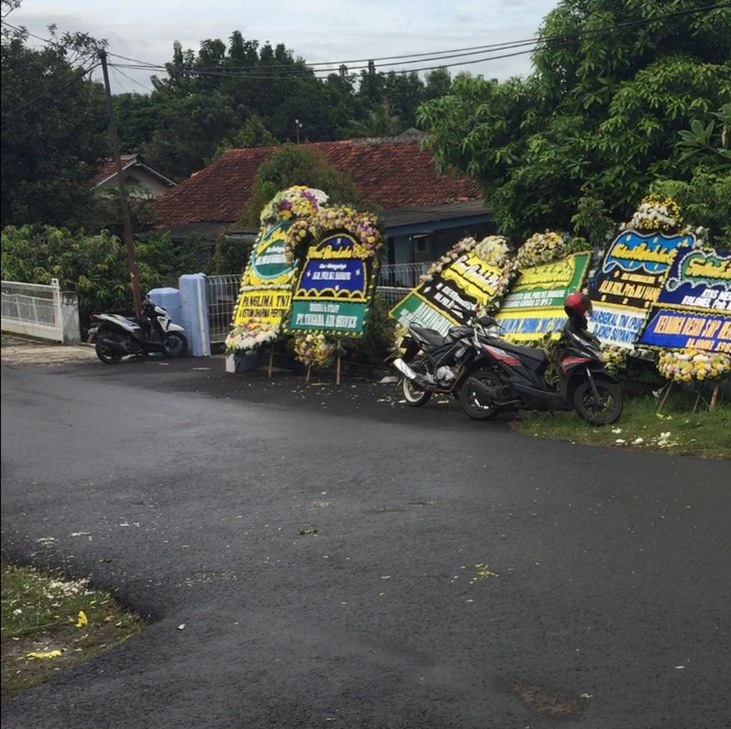 Karangan Bunga Penuhi Rumah Duka Pilot yang Tewas di Cilacap