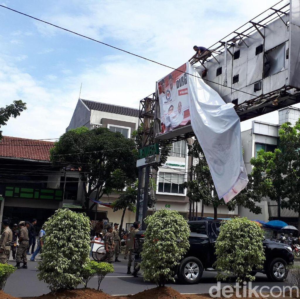 Aparat Tertibkan Alat Peraga Kampanye di Bandung