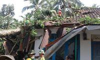 Yonif Raider 323 Kostrad bantu perbaiki rumah warga