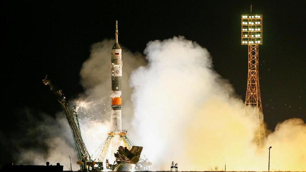 Foto: Detik-detik Peluncuran Roket Soyuz MS-08