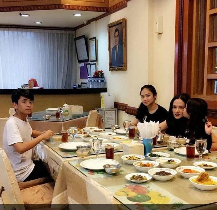 Ini saat Mulan dan ketiga anaknya buka puasa di salah satu restoran padang-melayu di Jakarta tahun lalu. Semuanya lauk sudah tersaji di sana, mulai dari ayam gulai hingga rendang. Foto: Instagram @all_about_mulanjameela