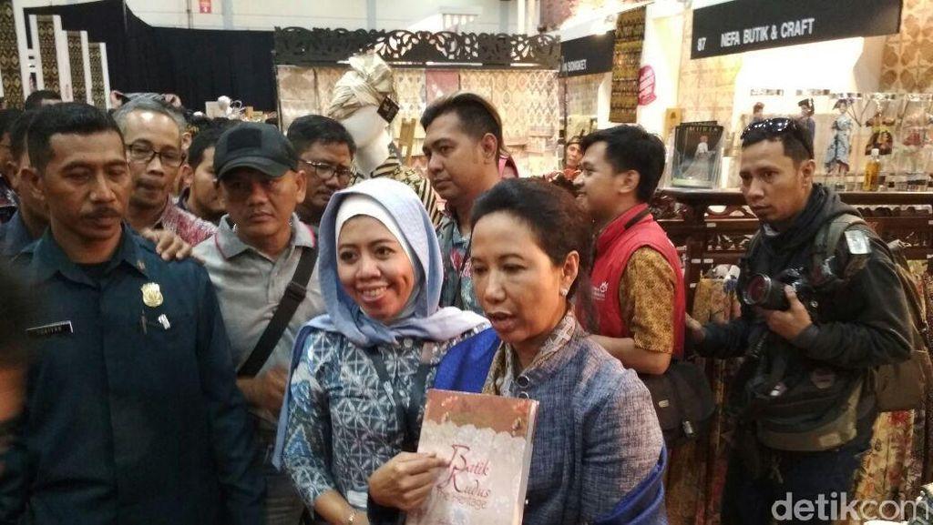 Ke Pameran Kerajinan, Rini Lihat Batik hingga Cicipi Olahan Duren