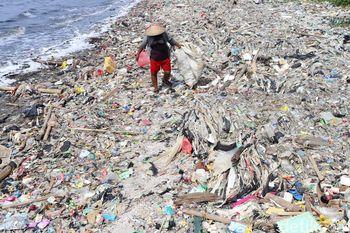 Mencari 'Harta Karun' di Lautan Sampah Pantai Cilincing