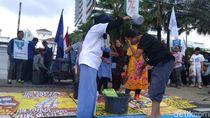 Tolak Swastanisasi Air, Ibu-ibu Mandi di Depan Balai Kota