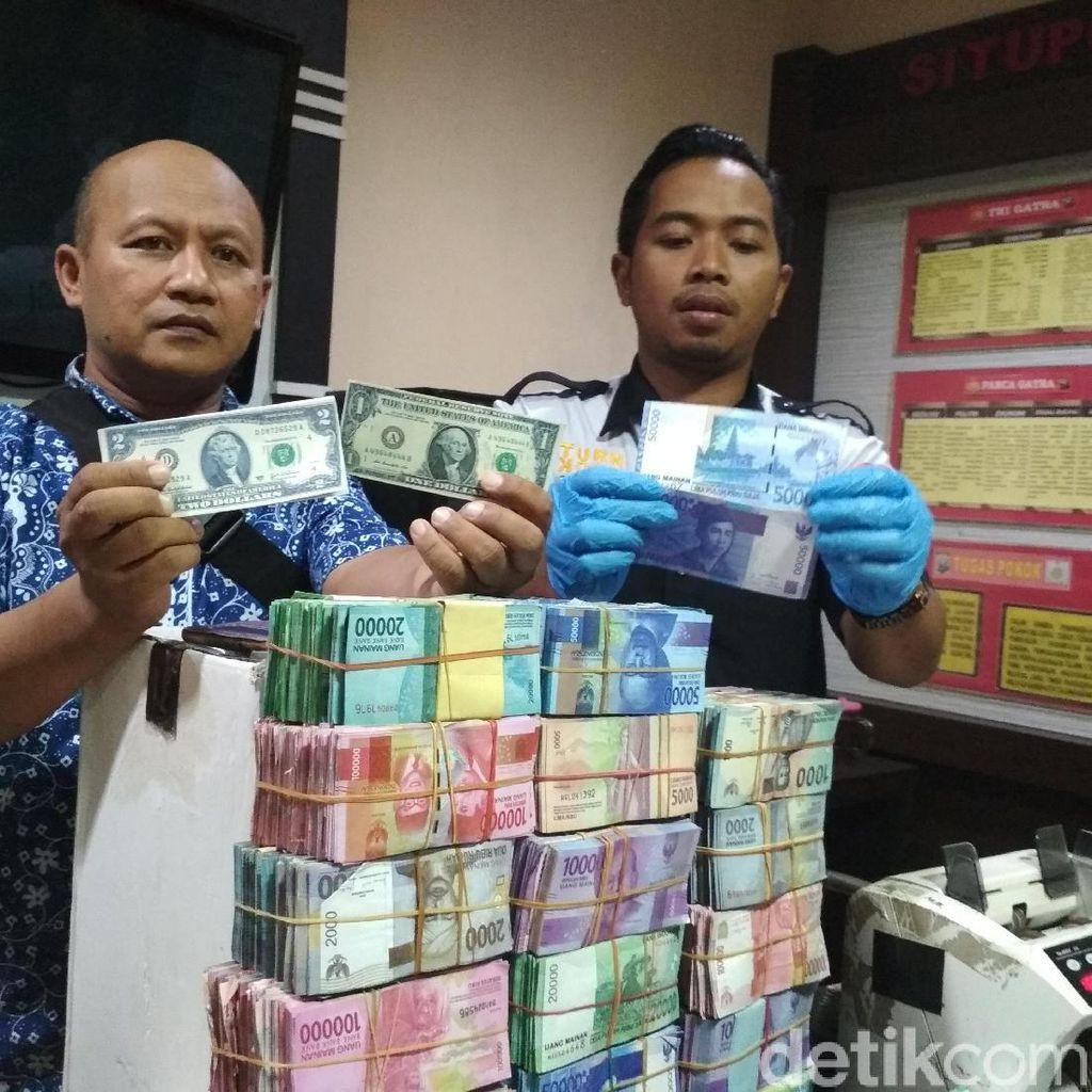 Tumpukan Uang Mainan Mujiono saat Dihitung Polisi, Ada Dolar AS