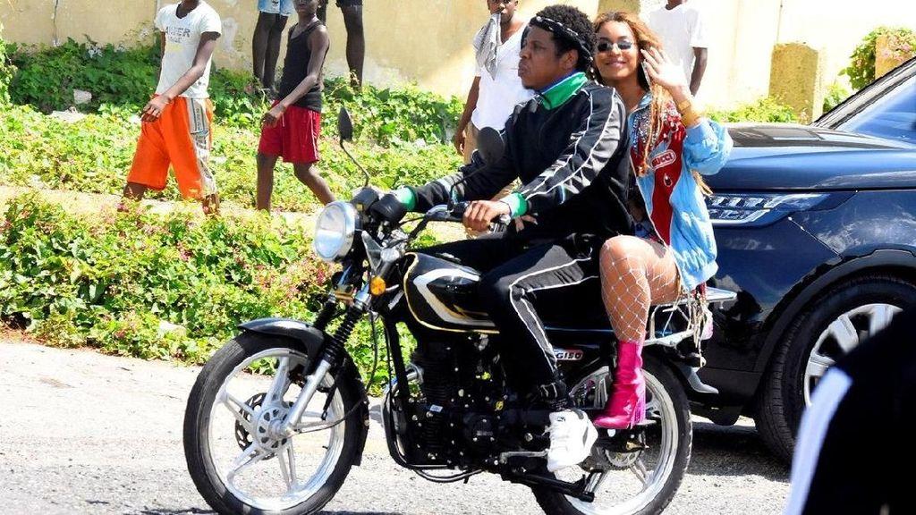 Heboh Jay Z Bonceng Beyonce Naik Motor di Jamaika