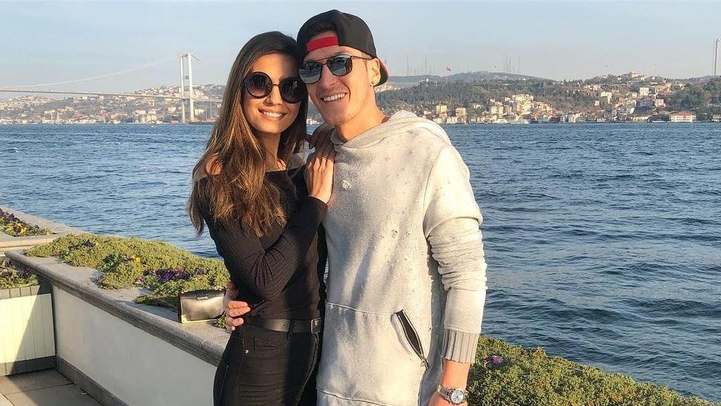 Foto: Gaya Liburan Si Pacar Cantik Mesut Ozil