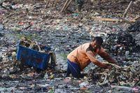 Pembersihan lautan sampah di Teluk Jakarta, Muara Angke