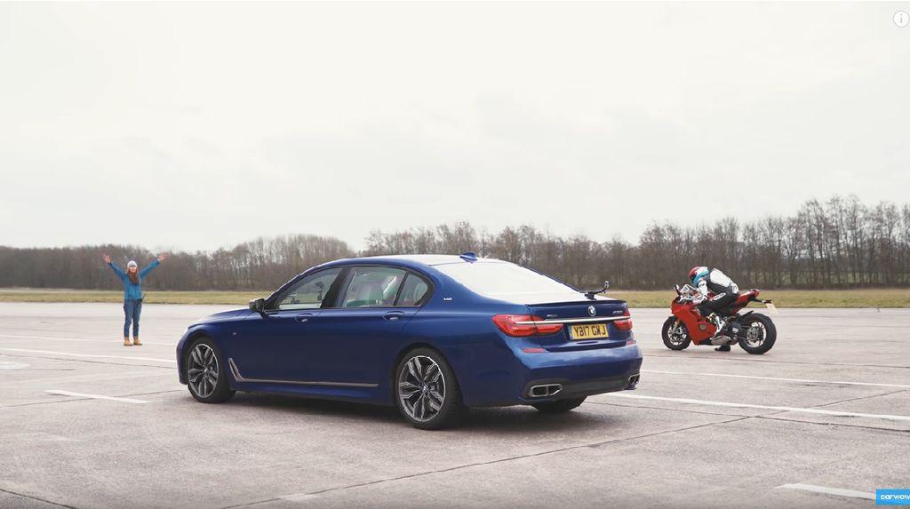 Adu Cepat Sedan Mewah dengan Motor Lorenzo Versi Jalan Raya