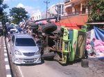 Truk Pengangkut Bawang Terguling di Poros Trans Sulawesi