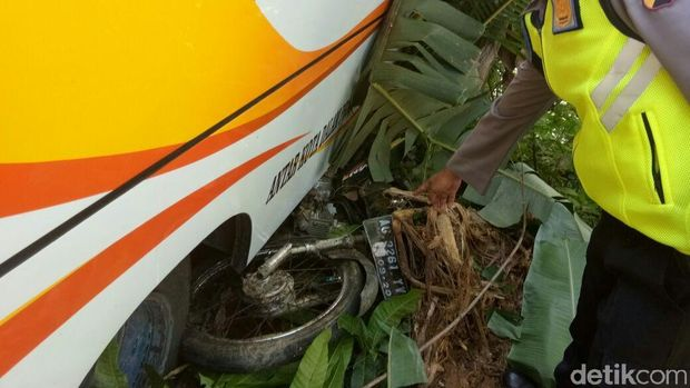 Motor korban berada di kolong bus