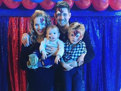 Foto-foto Keseruan Keluarga Penyanyi Michael Buble