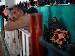Harap-harap Cemas Warga Palestina Tunggu Izin Melintas ke Mesir