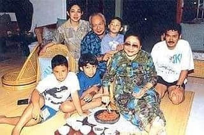 Pemilik nama lengkap Siti Hediati Soeharto ini pernah mengunggah foto zaman dulu. Dimana dalam foto tersebut tampak almarhum Pak Suharto dan Ibu Tien. Terlihat almarhumah Ibu Tien yang sedang mengulek sambal ditemani anaknya, Titiek dan Bambang dan cucunya. Foto: Instagram @titiksoeharto