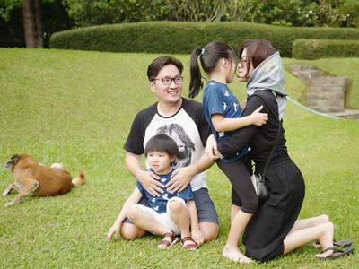 Potret Ceria Keluarga Suci Idol