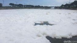 Anies soal Lautan Busa: Kami Kaji Penggunaan Deterjen