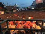 Pendemo Lempar Sampah ke Halaman DPR