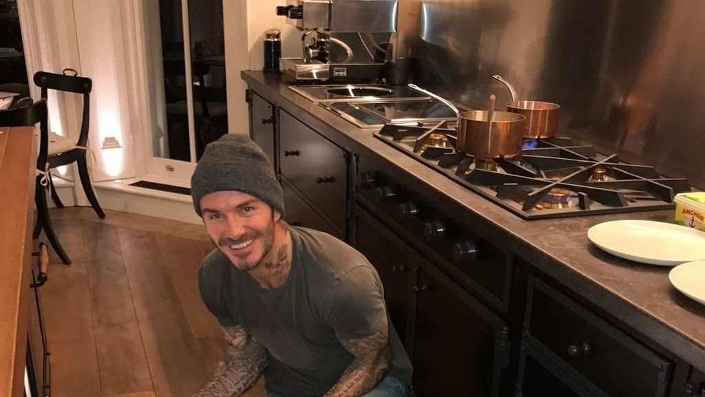 12 Pose Kece David Beckham Saat Makan, Bikin Kaum Wanita Makin Kagum