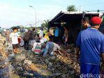 Truk Angkut Kecap dan Telur Terguling di Pantura, Jawa Tengah