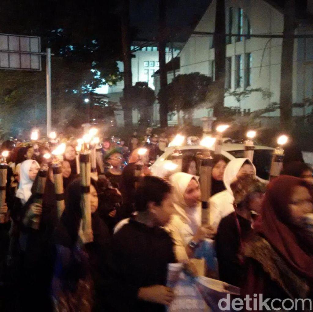 Ribuan Warga Ikut Pawai Obor Bandung Lautan Api