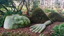 Patung Wanita Raksasa Tidur, Keren Atau Seram?