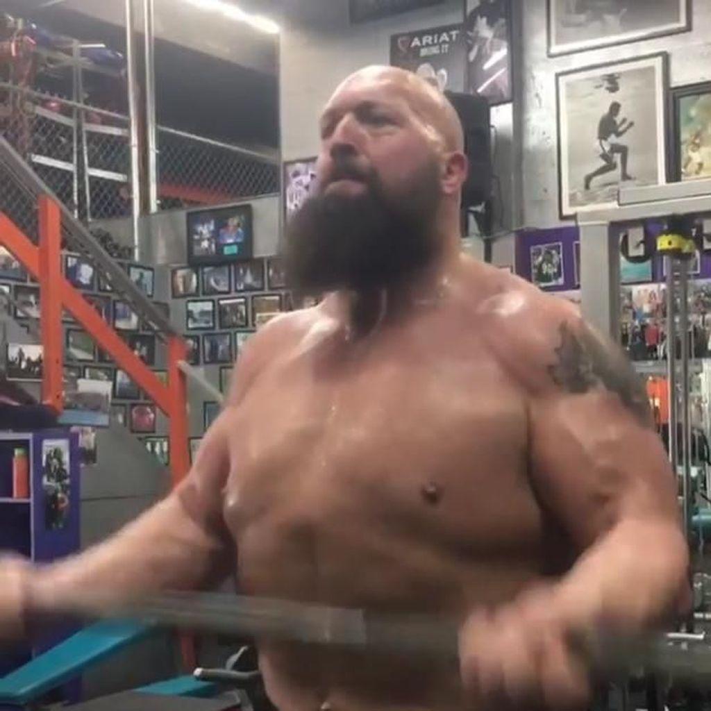 Saat Pegulat WWE Big Show Pamer Perut Sixpack