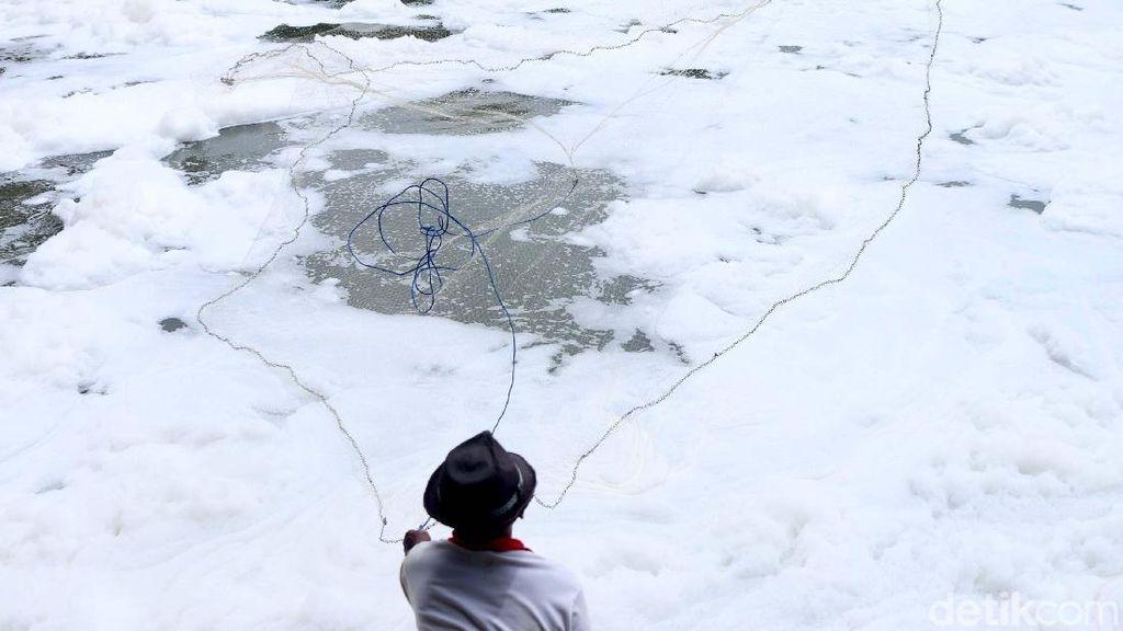 Mancing Ikan di Lautan Busa