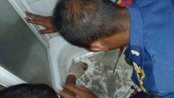 Damkar Bantu Warga yang Tangannya Terjepit di Kamar Mandi