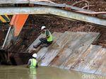 Pekerja Pasang Pelindung Tepi Sungai Kalimalang
