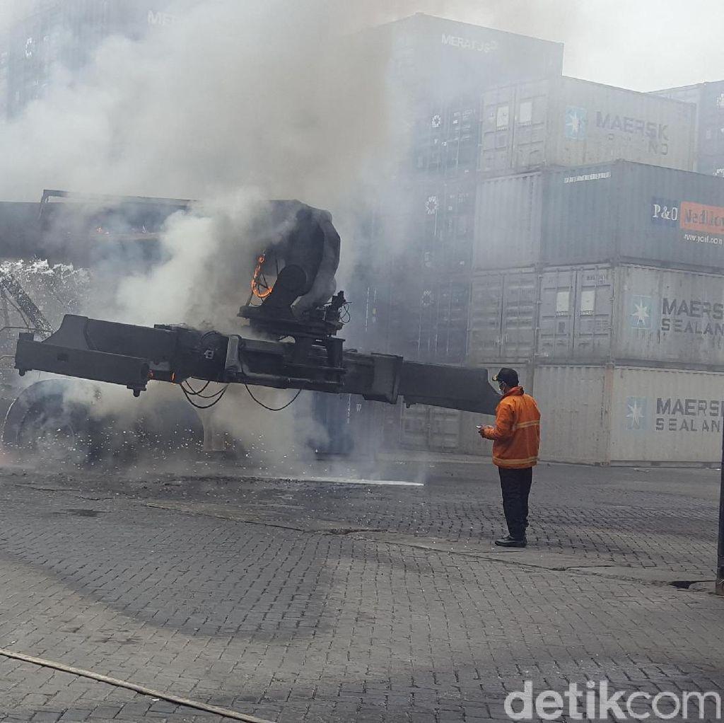 Pengangkut Alat Berat Terbakar di Terminal Peti Kemas Tj Priok