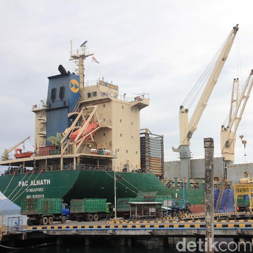 10.422 Ton Kedelai Impor Tiba di Pelabuhan Tanjungwangi Banyuwangi