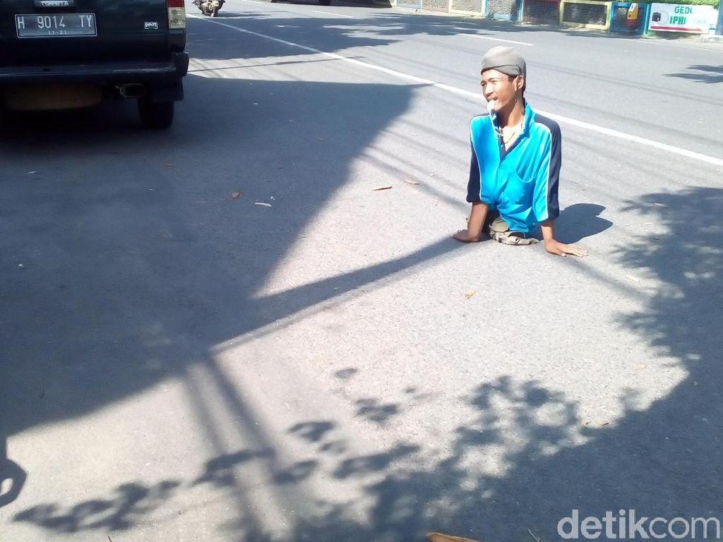 Tak Miliki Kaki, Tukang Parkir Ini Berhasil Sekolahkan 2 Anaknya