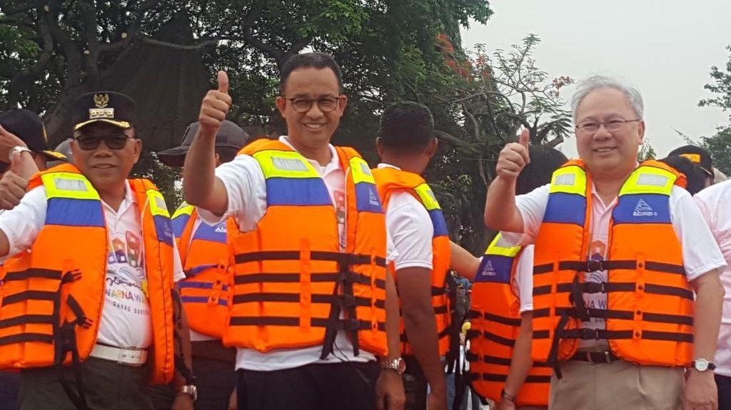 Anies Naik Perahu Karet Tinjau Kampung Warna Warni di Sunter