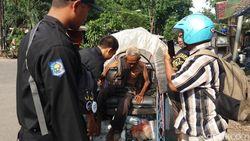 Momen Evakuasi Asnan, Tukang Becak yang Simpan Uang Rp 49 Juta