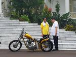Kaus Kuning Jokowi Saat Joging Bareng Airlangga Bahas Cawapres