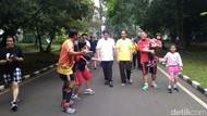 Jokowi Olahraga Pagi Bareng Airlangga di Kebun Raya Bogor