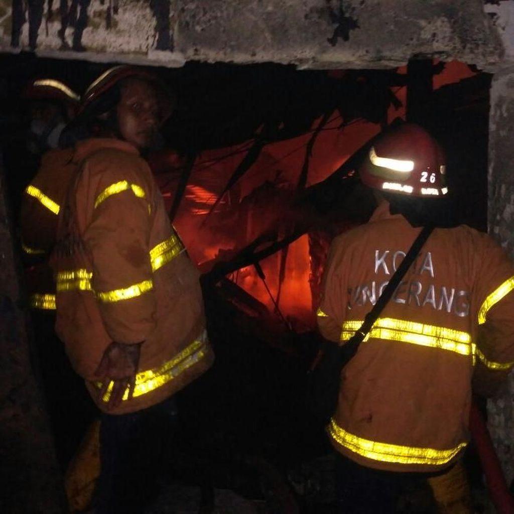 12 Jam Petugas Berjibaku Padamkan Kebakaran Pabrik di Tangerang