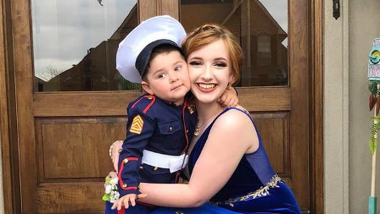 Aksi Menggemaskan Bocah 2 Tahun Wakili Kakaknya di Prom Party
